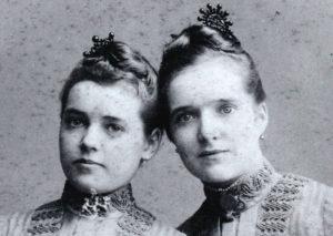 FOTO 3 Louise Went (rechts) met haar zus